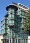 Tiflis'te modern bir yapı.