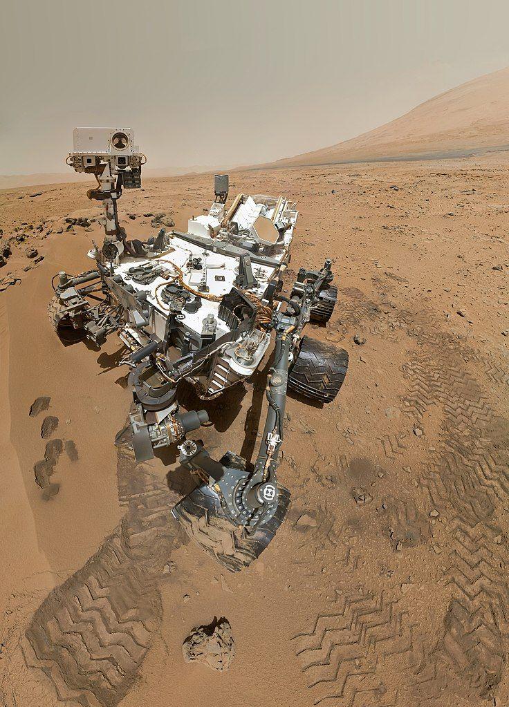 736px-PIA16239_High-Resolution_Self-Portrait_by_Curiosity_Rover_Arm_Camera.jpg
