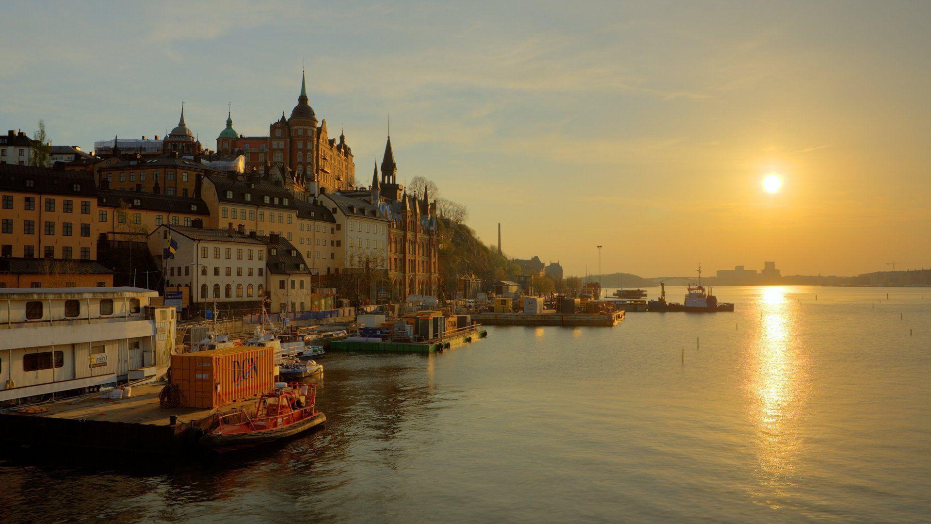 _sweden_stockholm_promenade_river_sun_sunrise_fog_gold_houses_towers_water_boat_reflection_sky...jpg
