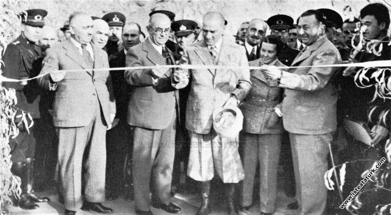 Atatürk, Singeç köprüsünü açarken.jpg
