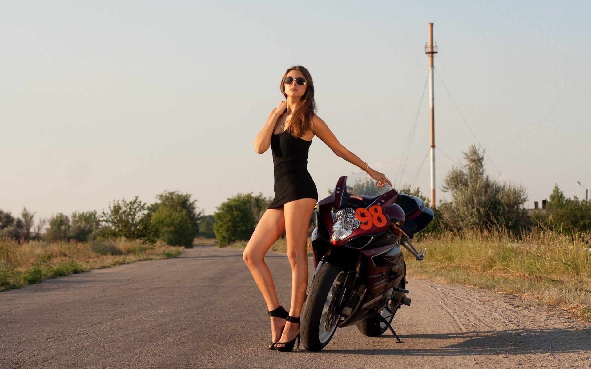Фото девушек на мотоцикле с русыми волосами