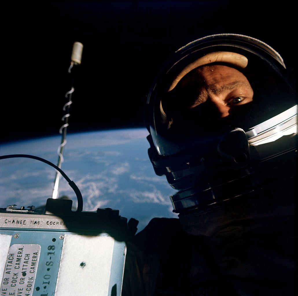 Buzz_Aldrin_self-photograph_during_Gemini_12_EVA_(S66-62926).jpg