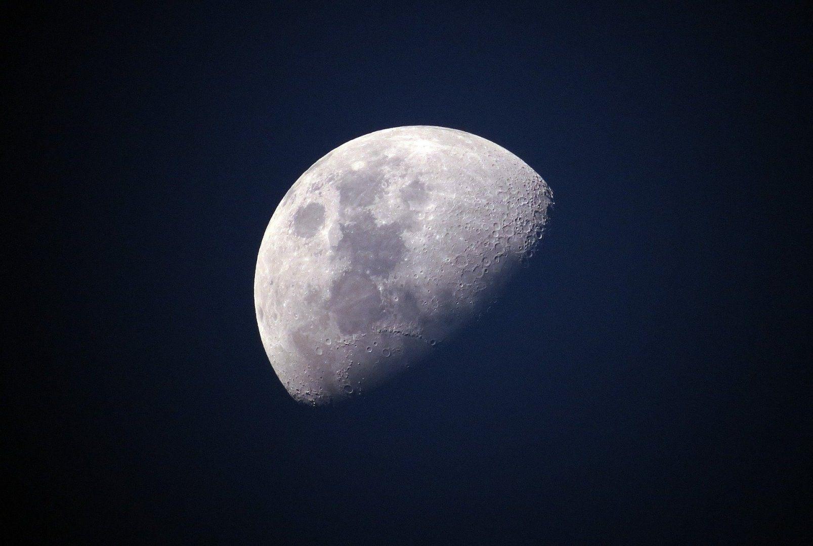 moon-1527501_1920.jpg