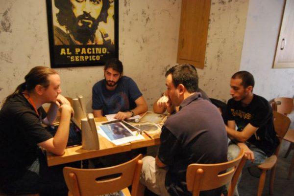 Rol Yapma Oyunları, aslen bir masa etrafında 4-6 kişilik gruplar tarafından oynanır.