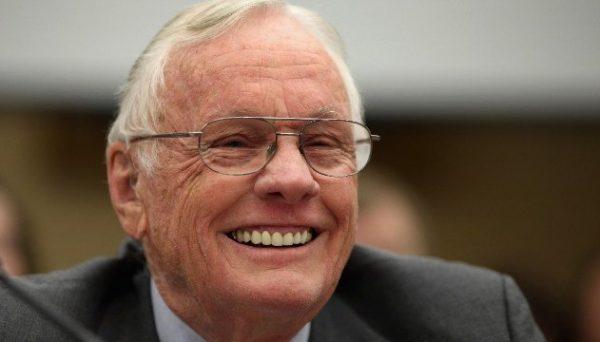 Neil Armstrong, Ay'a ilk ayak basan insan.