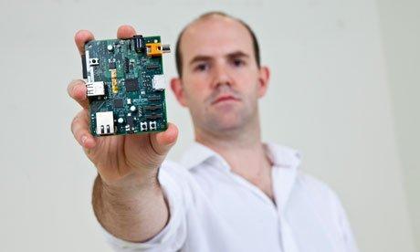 Raspberry Pi mini bilgisayarlarının arkasında ki adam Eben Upton