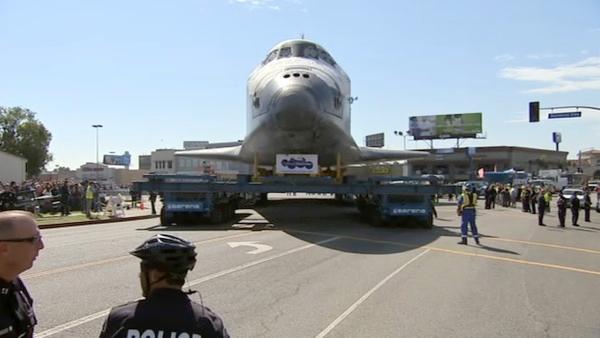 Uzay Gemisinin yolculuğuna itfaiye ve polis birlikleri eşlik ederken, Los Angeles tarihinde sokaklardan geçen en büyük cisim olarak tarihe geçti.