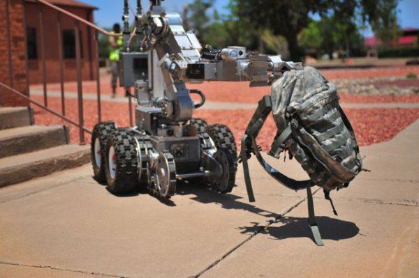 Andros F6A Robotu, Amerikan Hava Kuvvetlerinin bir üyesi. Resim de bir çantayı taşırken görülen robot aslında bomba imha çalışmalarında kullanılıyor.