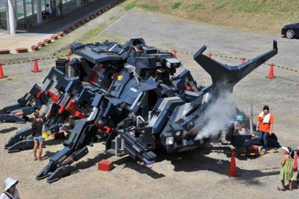 Bu resim bir Power Rangers dizisinden çekilmedi. Tsukuba Festivalinde tanıtılan robot Kabutom RX-03 olarak biliniyor. Hitoshi Takakashi tarafından yapılan robot 11 metre uzunluğunda ve 17 ton ağırlığında. Dizel motorları sayesinde bu devasa robot yürüyebiliyor ve burnundan duman çıkarabiliyor.