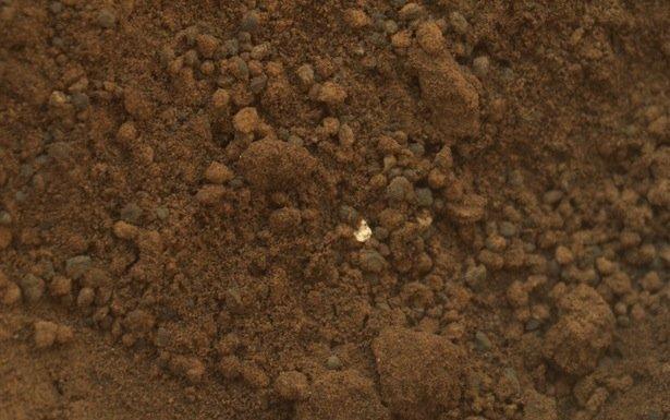 Kızıl gezegenin yüzeyinde bulunan parlak cisim, Curiosity'nin yapacağı X-ray taramasıyla anlaşılacak.