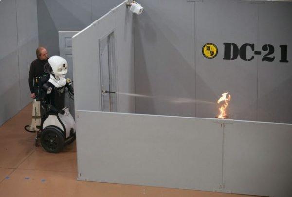 Washington'da bulunan Donanma Araştırma Laboratuvarı tarafından geliştirilen Octavia, oldukça çevik hareket ediyor. Bu sayede hızlı müdahale edilmesi durumlarında insan güçlerine yardımcı olabiliyor. Resimde tanıtımı sırasında bir yangını söndürürken görülüyor.