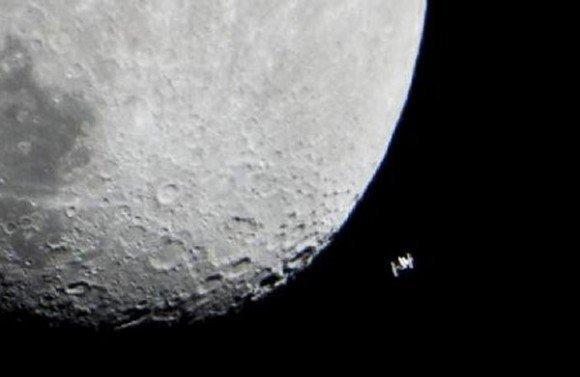 Ay'ın yanında ufak bir nokta olarak gözüken cisim Uluslararası Uzay İstasyonu.