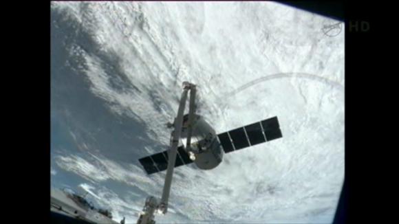 Dragon Kapsülü, Uluslararası Uzay İstasyonu'nun robotik kolu vasıtasıyla başarıyla kenetlendi.