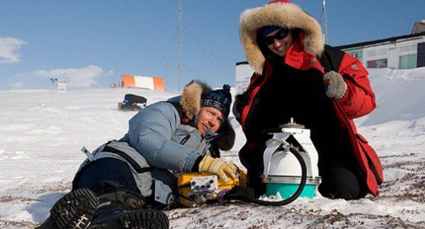 Kutup bölgesinde araştırmalarına devam eden Lyle Whyte ve Nadia Mykytczuk.