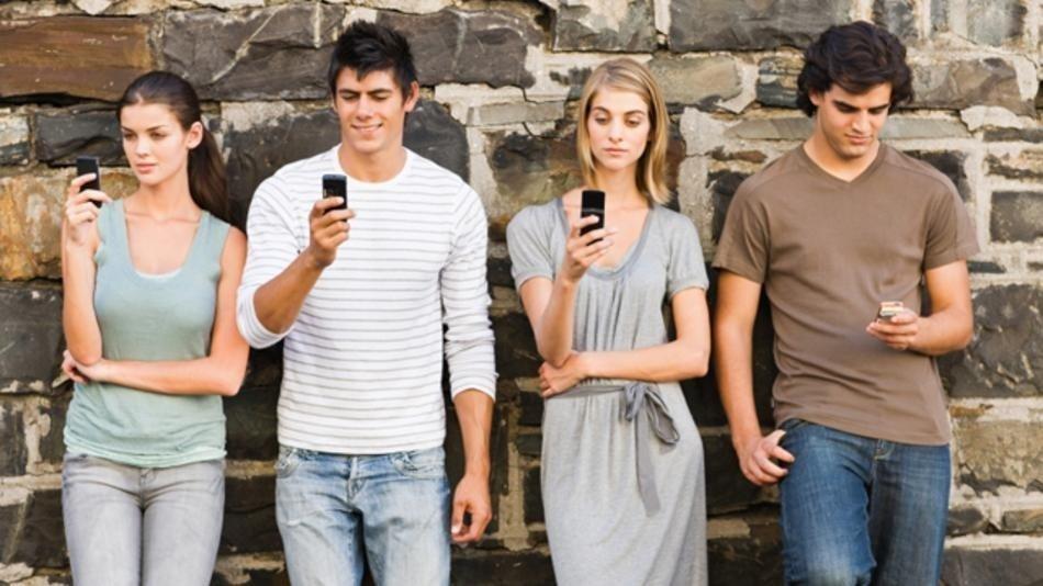 Sosyal medyanın avuç içine sığdırılmasıyla artık samimi konuşmalardan uzak arkadaşlıklar kuruluyor.