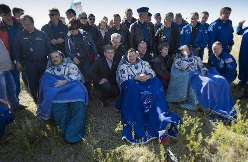Soldan sağa sırasıyla 35. Mürettebat: Kumandan Chris Hadfield (Kanada), Uçuş Mühendisi Roman Romanenko (Rusya), Uçuş Mühendisi Tom Marshburn (ABD).