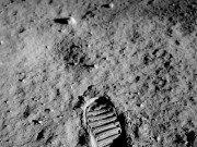 Aradan milyonlarca yıl geçse de, Ay'ın atmosfersiz ortamında bırakalın ayak izleri ebediyete kadar kalacak.