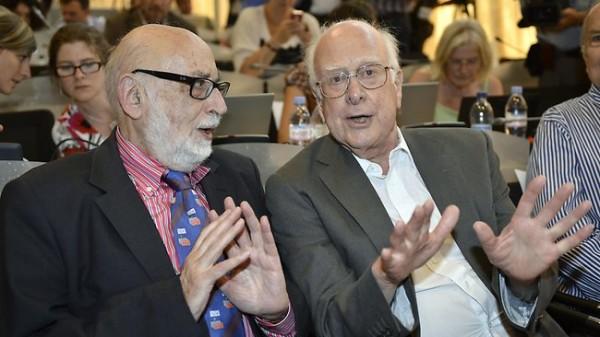 Tanrı Parçacığı'nın keşfinde önemli teoriler sunan ikili Nobel Fizik Ödülü'nü paylaştı.