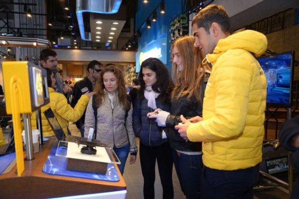 """Turkcell, geleceğin teknolojilerini müşterileri ile buluşturmak için çalışmalarını sürdürüyor.  Temmuz ayında gerçekleştirdiği 4G hız gösteriminde 900 Mbps'e varan hızla rekora imza atan Turkcell, bu kez 4G hızını İstanbul, Samsun, İzmir ve Şanlıurfa'ya taşıdı.  Bilgi Teknolojileri ve İletişim Kurumu'nun (BTK) verdiği izin çerçevesinde, 4 Ekim-13 Kasım tarihleri arasında 150 Mbps'e varan Long Term Evolution (LTE) ve 300 Mbps'e varan LTE-Advanced hızları, Türkiye'de ilk kez son kullanıcının deneyimine açıldı. Onbinlerce vatandaş 4 ilde ve Turkcell Teknoloji Zirvesi'nde LTE-Advanced teknolojisini deneyimleme fırsatı buldu.  4G'yi denyimleyen teknoloji meraklıları, 3G ile günlük ve iş hayatlarının kolaylaştığını belirterek, 4G'nin gelmesiyle mobil internetin daha da hızlanacak olmasından memnuniyetlerini dile getirdiler. Yapılan testlerde özellikle filmi indirmeden ve takılmadan  izleyebilme, internetten es zamanlı oyun oynarken gecikme yaşanmaması gibi 4G'nin sunduğu avantajlar vatandaşların dikkatini çekti.  Koray Öztürkler: """"Turkcell ve Türkiye 4G'ye hazır.""""   Turkcell Genel Müdür Yardımcısı Koray Öztürkler, bir ayı aşkın süre boyunca devam eden 4G maratonunu şöyle değerlendirdi: """"Bugün artık 4G dediğimizde belirsiz bir gelecekten söz etmiyoruz. Turkcell'in, Türkiye'nin teknoloji elçisi olarak bugüne dek yaptığı yatırımlar sayesinde 3G'de dünyanın en iyileri arasına girdik. Şimdi sırada 4G var. Elimizde 4G teknolojisini ülkemize hiç vakit kaybetmeden sunabilecek imkânlar mevcut. Yüksek data hızlarına ulaşmak için fiber altyapı da büyük rol oynuyor. Kısacası, Turkcell ve Türkiye 4G'ye hazır.  İstanbul, Şanlıurfa, Samsun ve İzmir'de ve ayrıca Turkcell Teknoloji Zirvesi kapsamında on binlerce insanımıza dördüncü nesil mobil internet hızını deneme fırsatı sunduk. Yani Urfalı bir vatandaşımız dünyanın birçok yerinden önce 4G'nin ne olduğunu görebildi. Üstelik deneyen herkes 4G hızından çok memnun kaldı ve bizlere bir an önce bu teknolojiyi günlük hayatlarında da kullanma"""