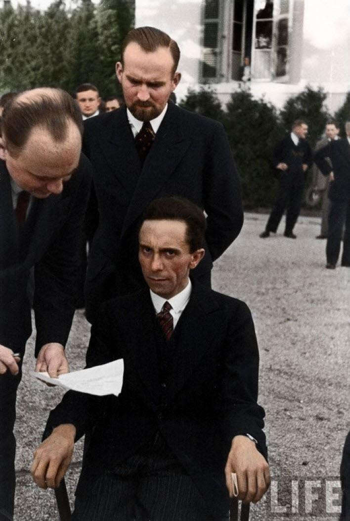Nazi propaganda bakanı Joseph Goebbels, fotoğrafını çeken Alfred Eisenstaedt'ın Musevi olduğunu öğrenince surat ifadesi.