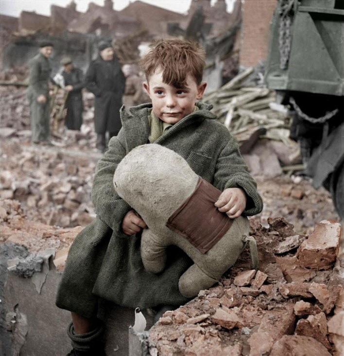 Oyuncağı ile terkedilmiş bir çocuk - 1945, Londra