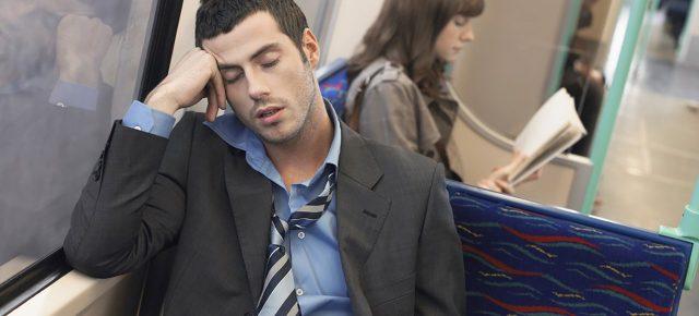 otobüste uyuya kalan adam