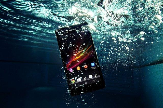 Kết quả hình ảnh cho điện thoại rơi nước