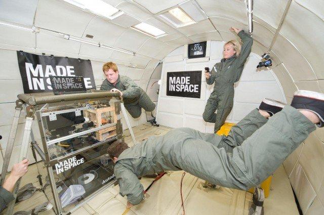 3D yazıcı uzaya gönderilmeden önce, düşük yerçekimi sağlayan uçakta test edilirken görülüyor
