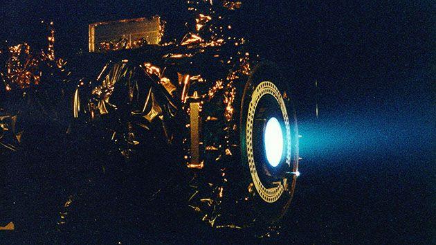 Çalışan bir iyon motoru ve oluşturduğu jet etkisi bu resimde açıkça görülüyor.