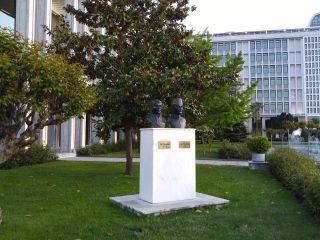 İstanbul Büyükşehir Belediyesi'nin önündeki Zübeyde Hanım ve Ali Rıza Efendi büstleri.