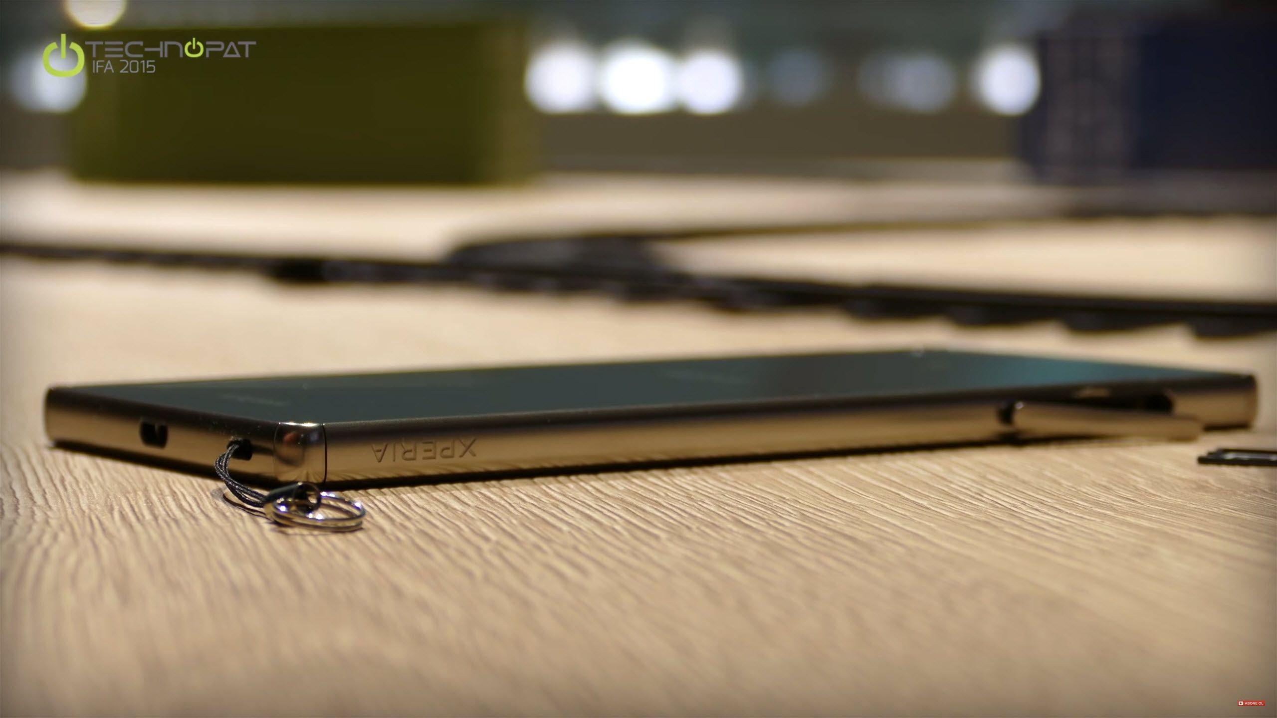Xperia Z5 Ultra ekranı çizilmeye karşı kenarları ekrandan daha yüksek olacak şekilde tasarlanmış