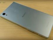 Xperia Z5 arka kısım artık buzlu cam şeklinde daha az leke gösterecek bir tasarımda