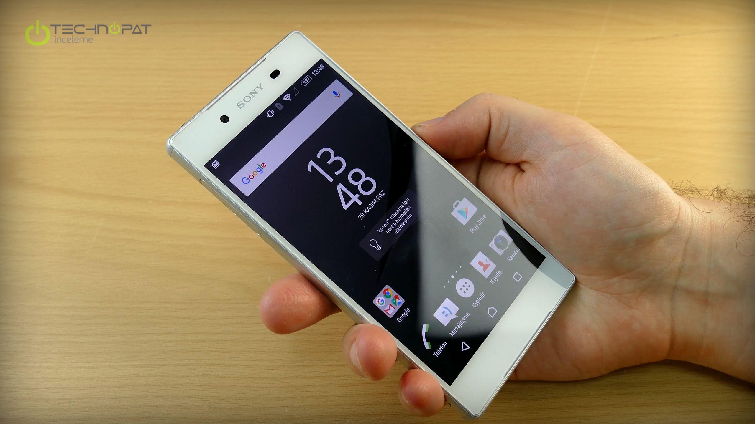 Xperia Z5 akıllı telefon, her el tipi için Z5 Compact kadar uygun olmasa da tek elde kullanıma uygun